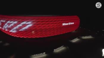 Bayern spettacolare omaggio a Gerd Muller all'Allianz Arena
