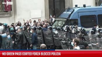Milano, corteo no Green pass forza cordone della polizia