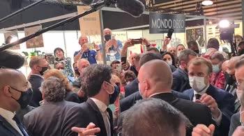Macron colpito da un uovo durante una fiera. VIDEO
