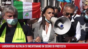 Lavoratori Alitalia si incatenano per protesta