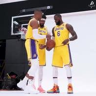 """NBA, LeBron dirige la foto per formare il """"360"""""""