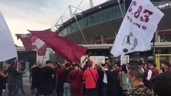 Torino, la carica dei tifosi per il derby della Mole