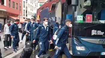 Spagna, l'arrivo a Milano della squadra di Luis Enrique