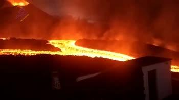 Eruzione vulcano Canarie, il video mostra i fiumi di lava