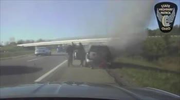 Usa, agente salva automobilista da auto in fiamme. VIDEO