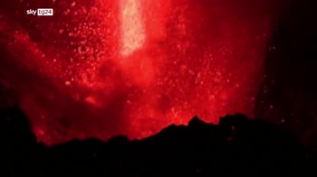 """Canarie, """"fontana"""" di lava dal vulcano di Cumbre Vieja"""