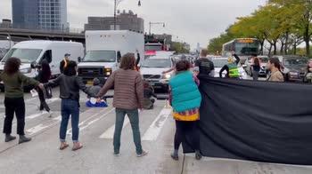 New York, attivisti per il clima bloccano il traffico. VIDE
