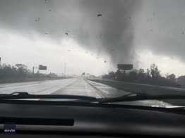 Texas, un tornado passa sopra l'autostrada. VIDEO