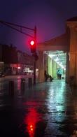 New Orleans, uomo suona sassofono in mezzo alla tempesta